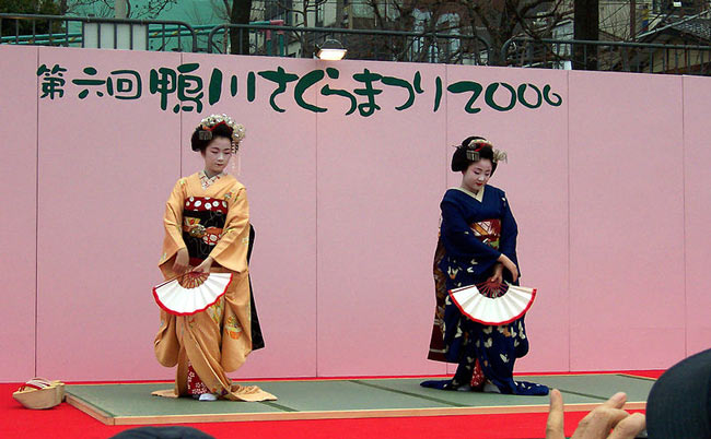Maiko's with handheld paper fans