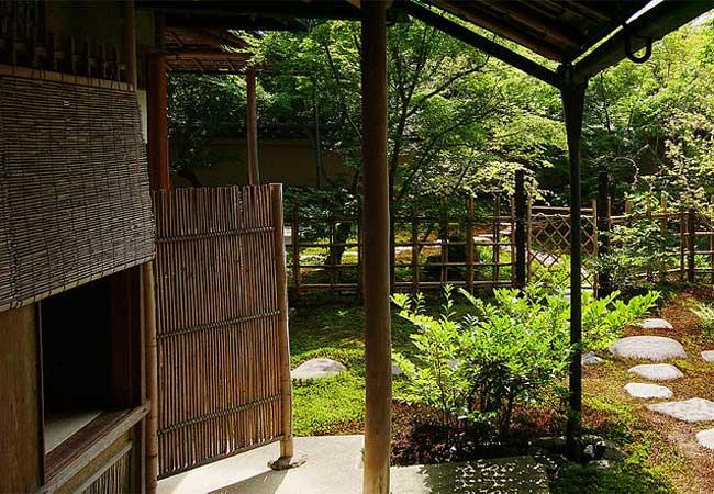 Nijiriguchi crawl entrance