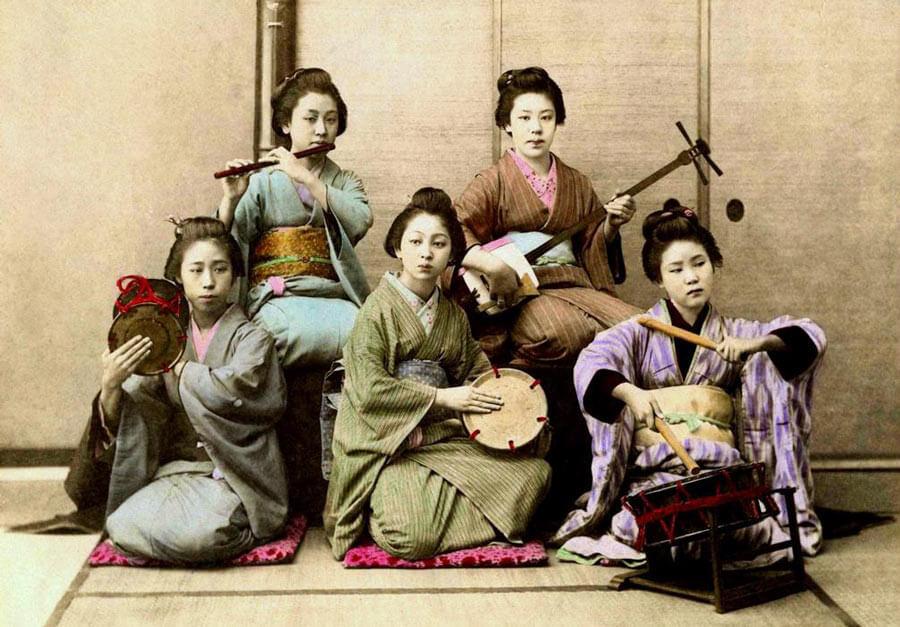Geisha's playing instruments