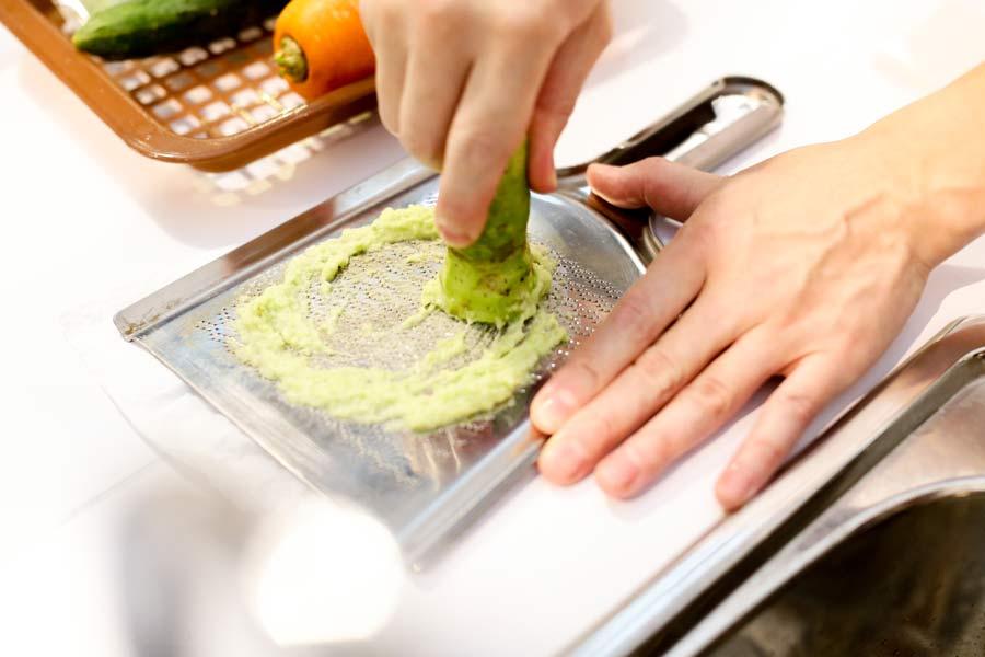 Grating wasabi root